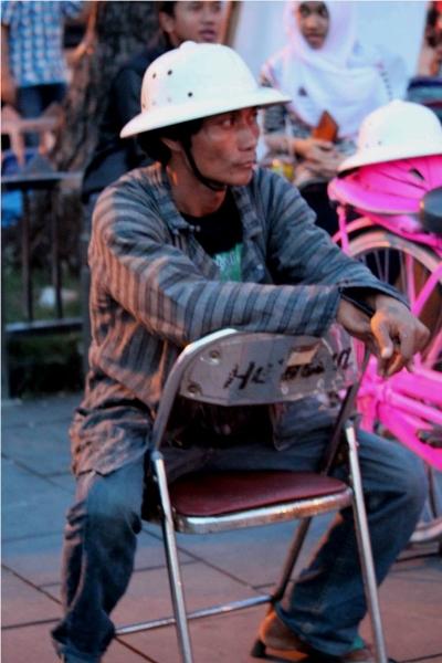seragam-batik-dan-topi-kompeni-foto-mochie