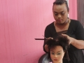 2. Sebelum memangkas rambut model, Inayah, peserta dari jakarta barat diajarkan untuk praktek memotong rambut boneka