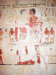 Niankhkhnum dan Khnumhotep saling berpelukan mesra, ditemani keluarga masing-masing