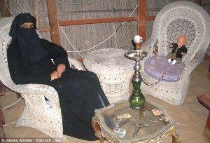 Digby ditemani perempuan Arab saat berkunjung ke UEA  ide gue blogspot