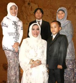 Dorce dan empat anak angkat-nya. (photo :skandalnews.net)