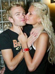 Deryck bersama Paris Hilton (sumber : zackyliciouss.blogspot.com)
