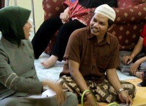 Hartoyo saat berdiskusi santai dengan Jen Katleya, Waria asal bogor yang memutuskan untuk memilih menggunakan JIlbab