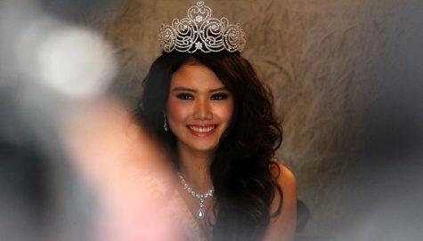 Miss Indonesia 2012 Ines Putri Tjiptadi Chandra memberi keterangan pers terkait keberangkatannya menuju Miss World 2012 saat menghadiri konfrensi pers di Jakarta, (10/7). Ines akan mewakili Indonesia dalam ajang Miss World 2012 di Mongolia, China. ANTARA/Teresia May