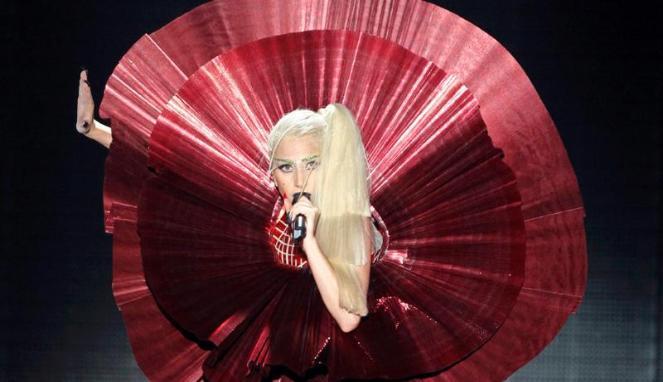 Lady Gaga tampil dalam MTV Europe Music Awards yang berlangsung di Belfast, Irlandia Utara, Minggu (6/11). Gaga mencuri perhatian dalam penampilannya di MTV, mendapatkan empat anugerah, lebih dari yang didapatnya pada 2010 lalu, penyanyi asal New York berusia 25 tahun ini memenangi anugerah dalam kategori penyanyi wanita terbaik, musik terbaik, video terbaik dari single