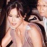 <!--:id-->Putri Lesbian Taipan Hong Kong Minta Orang-orang Berhenti Melamarnya<!--:-->