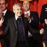 <!--:id-->Ikon Lesbian Mendapatkan Penghargaan Komedian Bergengsi<!--:-->