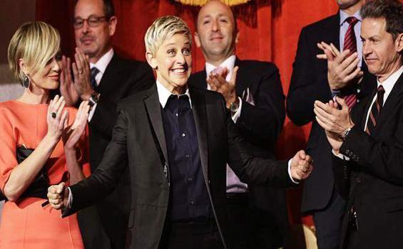 Ekspresi Ellen Degeneres saat meraih penghargaan karena akting komedi yang gemilang.