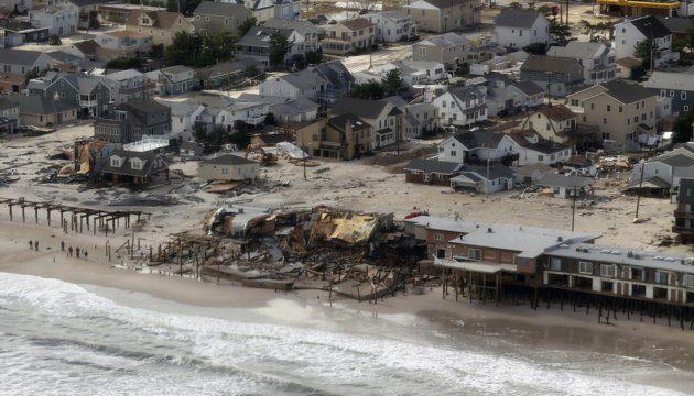 Sebuah areal pemukiman dipinggir pantai porak poranda pasca Badai Sandy, tepatnya di Seaside Height, New Jersey.31 Oktober 2012. Transportasi dan aliran listrik tak berfungsi, dan menewaskan 64 orang.(Foto : REUTERS / Doug Mills / Pool)