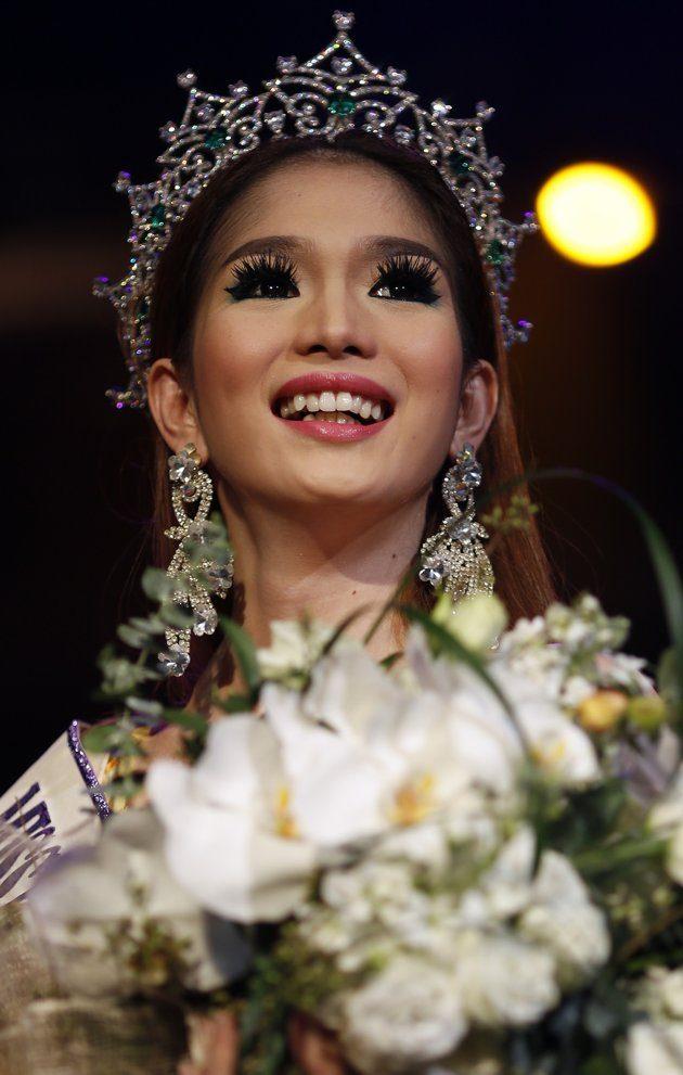 Kevin Balot, peserta dari Filipina, saat diumumkan sebagai pemenang Miss International Queen 2012. (Foto :REUTERS/Damir Sagolj )
