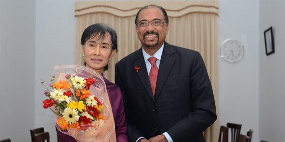 Aung San Suu Kyi bersama direktur eksekutif UNAIDS Michel Sidibe (sumber foto :unaids.org)