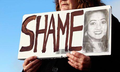 Seorang perempuan memegang gambar Savita Halappanavar sedang melakukan protes di luar Universitas Hospital Galway. (foto : Cathal Mcnaughton/Reuters)