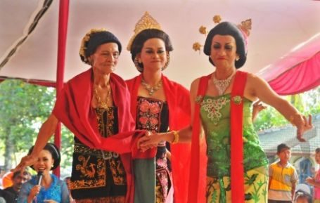 Didik Nini Thowok (kanan) mementaskan tarian Lengger Lanang bersama maestro tari Lengger Lanang, Dariah (kiri) di Padepokan Payung Agung, Desa Banjarsari, Kec. Nusawungu, Cilacap, Jateng, Kamis (15/11). Pentas Lengger tersebut selain dimainkan dalam rangka menyambut Tahun Baru Jawa 1 Suro 1946, juga bagian dari proses pendokumentasian budaya tari