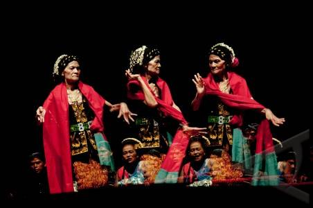 JAKARTA, 22/12- TARI LENGGER LANANG . Dariah (80) menampilkan tarian Lengger Banyumas dengan diiringi sinden pada acara Maestro Maestro di Taman Ismail Marzuki, Cikini, Jakarta Pusat, Rabu (21/12). Selain tokoh tari lengger dipertunjukkan juga Suwitri, tokoh tari Topeng Slawi dari Tegal dan Onih, tokoh tari Topeng Betawi. FOTO ANTARA/Fikri Adin/mes/11