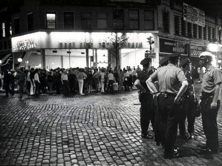 Polisi berkumpul didepan sebuah Bank  di New York. Foto ini ambil pada malam 2 Juli 1969, lima malam setelah serangan di Stonewall Inn di dekatnya, (sebuah klub malam populer di kalangan  gay dan lesbian yang menjadi titik gerakan perjuangan LGBT di Amerika). (photo : Larry Morris, The New York)