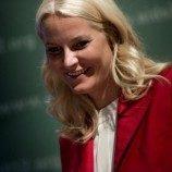 <!--:id-->Rawat Bayi Sahabatnya yang Gay, Putri Norwegia Menyamar di India<!--:-->