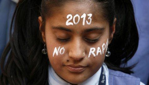 Seorang pelajar berdoa pada seorang korban perkosaan dalam penutupan akhir tahun 2012 di New Delhi, di Ahmedabad, (31/12). Pelajar tersebut berdoa supaya tidak akan terjadi kembali kejahatan seperti itu di tahun 2013. REUTERS/Amit Dave