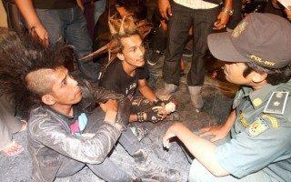 """Puluhan anak punk dari berbagai Provinsi di pulau Sumatera dan Jawa terjaring razia tim gabungan saat sedang menggelar konser amal di Taman Budaya, Banda Aceh, Sabtu (10/12) malam. Konser amal itu diselenggarakan oleh komunitas anak punk Aceh yang tergabung dalam """"Street Punk"""". Rencananya hasil sumbangan tersebut akan disumbangkan kepada panti asuhan (Ilustrasi   Dok Litbang   SERAMBI/BUDI FATRIA)"""