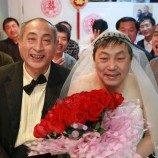 Pasangan gay lansia melangsungkan pernikahan sejenis di Cina