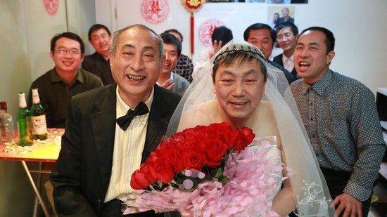 Pasangan gay lansia melangsungkan pernikahan sejenis di Beijing, Cina. (Sumber Foto : daqi.com)
