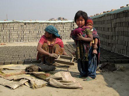 """Cleopatra Di Benedetto dari Prancis ingin mengangkat masalah buruh anak-anak di Nepal. """"Sejak kecil mereka bermain dengan batu dan bata di samping ibu mereka, dan dengan cepat mereka terlibat sebagai pekerja,"""" jelas Di Benedetto."""
