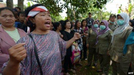 Seorang jemaat Gereja HKBP Tamansari, Kabupaten Bekasi, memprotes pembongkaran gerejanya.(foto : AFP)