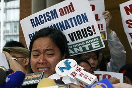 Di luar gedung Pengadilan Banding Akhir Hong Kong, Sringatin dari Indonesia Migrant Workers Union menangis setelah pengadilan Hong Kong itu memutuskan PRT asing tak boleh mendapat izin tinggal permanen, Senin.