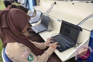 Ilustrasi perempuan menggunakan internet (FOTO ANTARA/M Rusman)