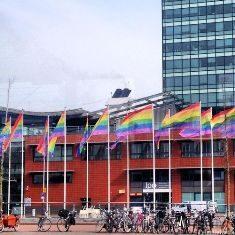 Bendera Berwarna Pelangi di Amsterdam Menentang Kebijakan Putin Soal Propaganda Homoseksual (Foto:daniel meis/Twitter)