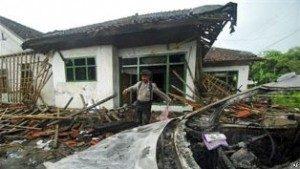 Polisi menginspeksi tempat ibadah kelompok Ahmadiyah di Pandeglang, Banten yang dirusak oleh massa (foto: dok). Laporan Deplu AS menyoroti kebebasan beragama yang memprihatinkan di Indonesia. Foto : AP