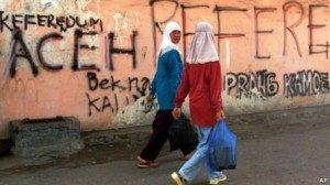 Pegiat mengkritik aturan yang dianggap menjadikan perempuan Aceh sebagai sasaran.