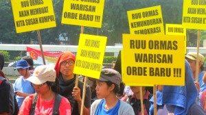 Sejumlah massa berunjuk rasa di depan DPR menolah disahkannya RUU Ormas, Selasa (25/06).