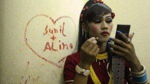 Seorang penampil transgender asal Nepal sedang berdandan di balik panggung, 17 Mei 2013. (sumber: AFP)