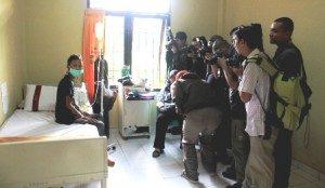 Dahlan Iskan Menengok Luki (Foto : Yatnapelangi/Our Voice)
