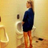 """Dukung Kesetaraan, Bar Refaeli """"Pipis"""" di Toilet Pria"""