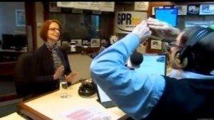 Howard Sattler (kanan) saat mewawancarai PM Australia Julia Gillard (GATRAnews/Huffington.com)