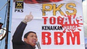 "Baliho ""PKS Tolak Kenaikan Harga BBM"" (sumber: ANTARA FOTO)"