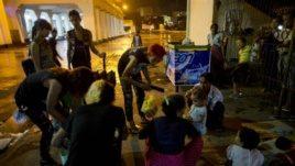 Sekelompok anak muda punk membagikan makanan untuk para tunawisma di Rangoon, Burma. (AP/Gemunu Amarasinghe)
