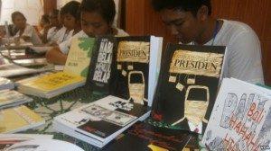 "Buku ""Surat Untuk Presiden"" serta buku-buku karya para siswa siswi SMUN 3 Denpasar lainnya. (VOA/Muliarta)"