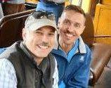 Ditegur saat pegangan tangan, pasangan gay tuntut perusahaan bus