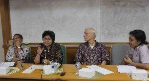 Martin van Bruinessen (kedua dari kanan) dan Erry Seda (keda dari kiri) dalam sesi diskusi (Foto: Rikky/Suara Kita)
