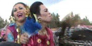 Komunitas waria sulawesi barat menggelar festival sayyang pattuddu atau festival kuda menari di kecamatan Campalagian Polewali mandar sulawesi barat, Kamis (7/11/2013). Atraksi para waria menjadi tontonan yang menghibur warga di sepanjang rute jalan yang dilalui peserta festival. | KOMPAS.com/ Junaedi