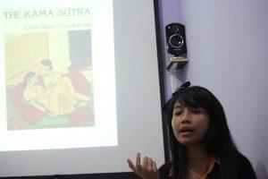 Saras Dewi Memaparkan Materi Kuliah Umum (Foto: Hartoyo/Suara Kita)