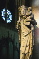 Patung Virgin Mary di Notre Dame, patung perempuan pertama yang dipuja dalam sejarah gereja katedral di Perancis.