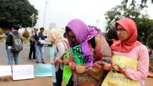 Setiap peserta mengikat diri dengan tali sebagai lambang dikekangnya hak-hak perempuan oleh Perda (Foto : Rikky)