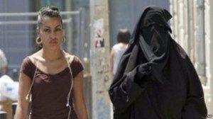 Seorang warga Perancis memakai cadar, yang sebetulnya dilarang dipakai di muka umum. (Foto: Dok)