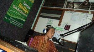 Penyiar radio komunitas pesantren di Solo, Jawa Tengah. Foto.VOA. Yudha Satriawan