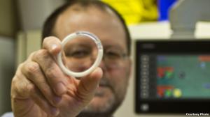 Insinyur biomedis Northwestern University Patrick Kiser memegang cincin intravaginal - yang pertama dalam jenisnya. Foto Northwestern University
