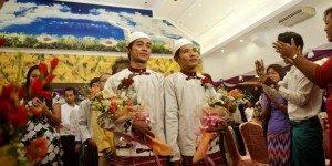 Tin Ko Ko dan Myo Min Htet bertukar cincin di hotel Yangon, Minggu 232014 dalam sebuah pesta pernikahan gay yang diklaim sebagai yang pertama di Myanmar
