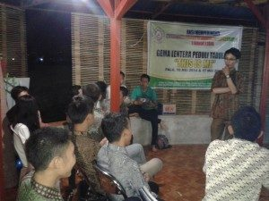 (Rifky Sekretaris Gema Lentera Peduli Tadulako sedang memberikan materi terkait SRHR Sexual Reproduction Health and Rights.Foto, Ichan)